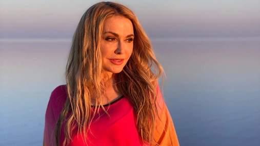 В красивом платье во время захода солнца: Ольга Сумская очаровала фотосессией на берегу озера