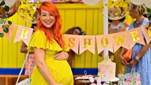 В белом платье у озера: беременная Светлана Тарабарова покорила безупречным образом – фото