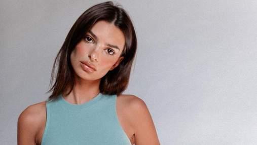 В коричневом топе: Эмили Ратаковски засветила пышную грудь в откровенном наряде –фото