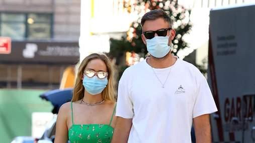 У мінісукні на бретельках: Дженніфер Лоуренс засвітилась на прогулянці з чоловіком