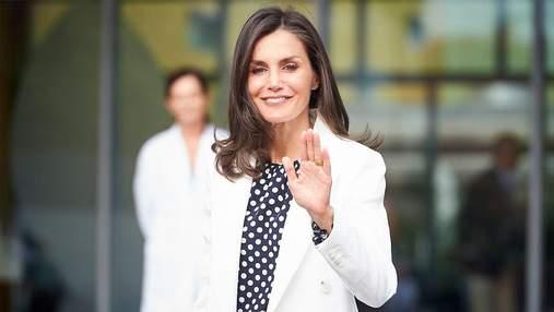 В белой блузке и защитной маске: королева Летиция отвезла дочерей в школу – фото