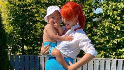 В спортивном костюме: Светлана Тарабарова на утренней прогулке с сыном – фото