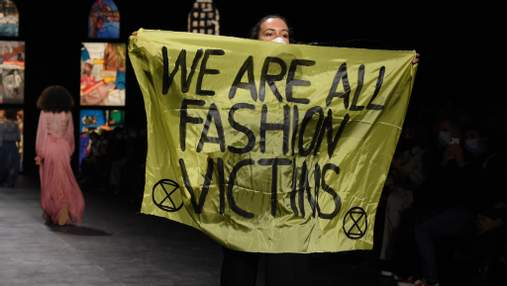 Конфуз на показе Dior: активистка прервала его и выбежала на подиум