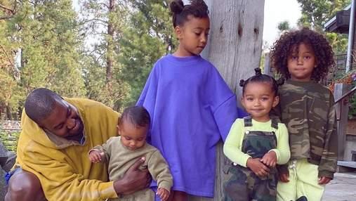 Попри незгоди в сім'ї: Кім Кардашян зачарувала новою світлиною з чоловіком та дітьми