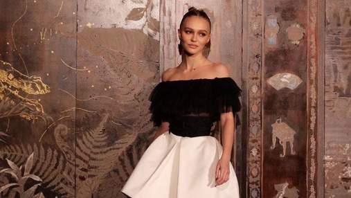 В розовом жакете и джинсах: Лили-Роуз Депп поразила образом на показе Chanel