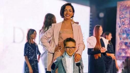 На осенней прогулке: Оля Цибульская очаровала сеть фото с сыном