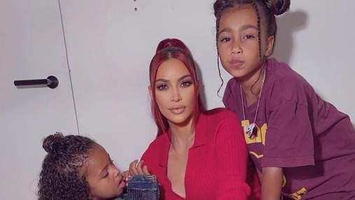 У кольоровій сукні: Кім Кардашян на відпочинку з дітьми та Каньє Вестом – фото