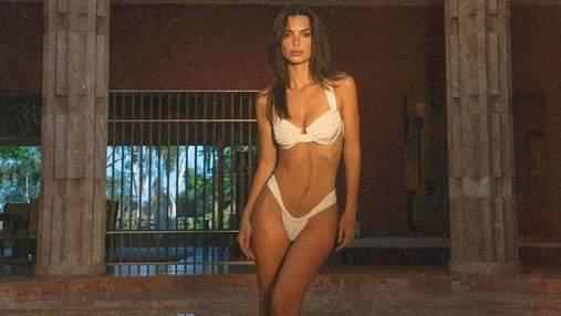 В синем купальнике: Эмили Ратаковски завела сеть пикантным фото