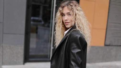 В джинсах и кожаной куртке: Даша Квиткова показала идеальный вариант осеннего образа