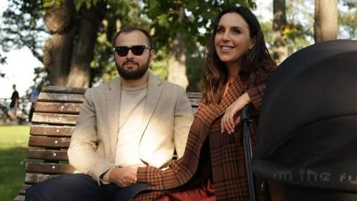 В клетчатом пальто: Джамала растрогала семейной фотосессией для Vogue – невероятные кадры