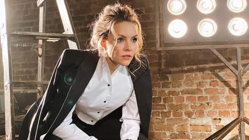 У мінішортах і кофті: Олена Шоптенко похизувалася довгими ногами у звабливому вбранні – фото