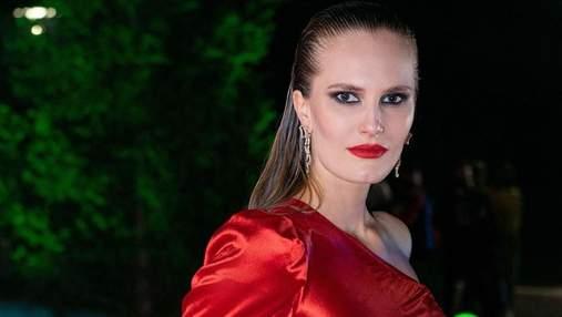 Алла Костромичева засветила обнаженную грудь в пикантном образе: сексуальное фото