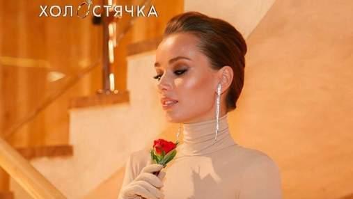 """В кофте и черной юбке: """"Холостячка"""" Ксения Мишина покорила образом на церемонии роз"""