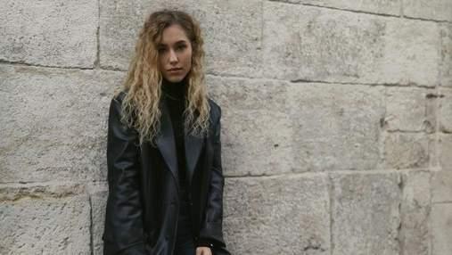 В нюдовому свитере и джинсах: Даша Квиткова показала стильный осенний look – фото