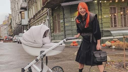 С коляской в черном наряде: Светлана Тарабарова показала образ бизнес-мамы – фото