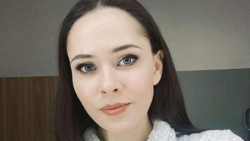 В яркой кофте и с нюдовым макияжем: Юлия Санина показала домашний образ – фото