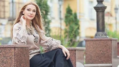 В коричневом пальто: Ольга Сумская очаровала стильным образом