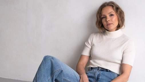 Олена Шоптенко показала стильний осінній образ у пуховику та джинсах: фото