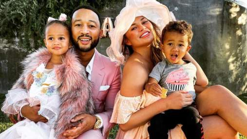В пижамах и с отличным настроением: Крисси Тейген с детьми и мужем побывали в автокинотеатре