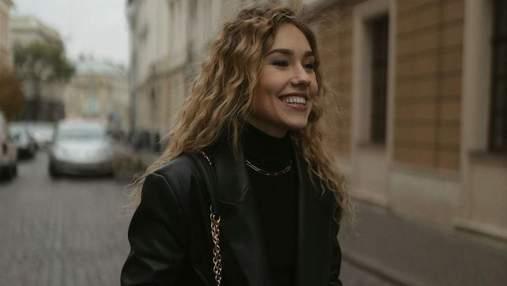У картатому пальті та береті: Даша Квіткова підкорила стильним образом – фото