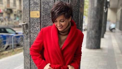 В красном пальто: Оля Цибульская очаровала осенним образом – фото