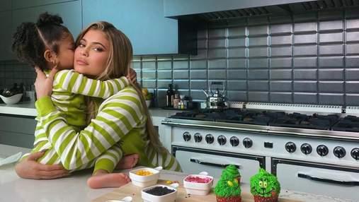 Как приготовить капкейки в стиле Гринча: вкусный рецепт от Кайли Дженнер и ее дочери