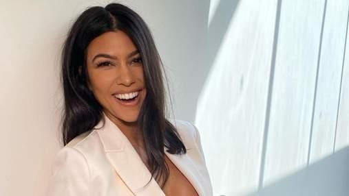 В пиджаке на голое тело: Кортни Кардашян засветила обнаженную грудь в кадре – откровенные фото
