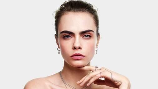 Кара Делевинь представила рождественскую коллекцию украшений Dior: волшебное видео