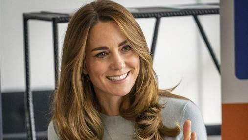 В роскошной лиловой блузке: Кейт Миддлтон очаровала элегантным нарядом – фото