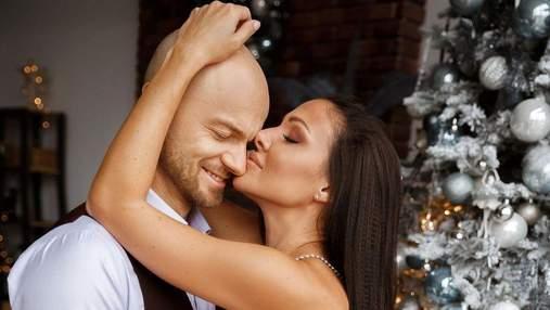 Влад Яма очаровал сеть новогодней фотосессией с женой: романтический кадр