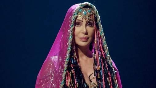 """Співачка Шер повторила легендарний образ Стервелли зі """"101 далматинця"""": ефектні фото"""