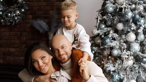 Влад Яма очаровал сеть новогодними фотографиями с женой и сыном
