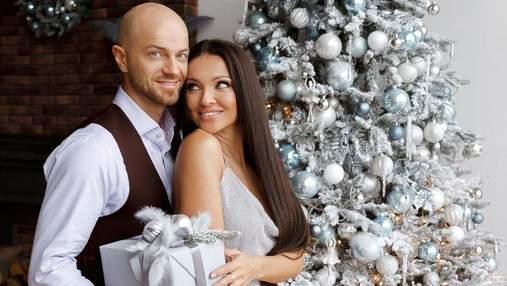 Влад Яма показал фото с женой и рассказал о новогодних елках в своем доме