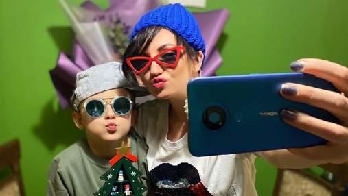 Оля Цибульская очаровала сеть забавными новогодними селфи с сыном