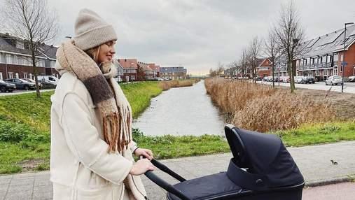 Нидерландская модница: Роми Стрейд впервые прогулялась с дочкой в белоснежном наряде – фото