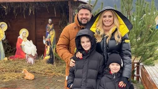 З чоловіком і синами: Ірина Федишин влаштувала сімейну прогулянку різдвяним Львовом – відео
