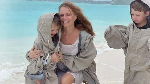 Ольга Фреймут показала младших детей: фото на берегу океана