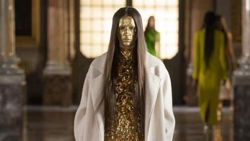 Длинные волосы и позолоченное лицо: как выглядел показ Valentino в самом сердце Рима
