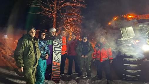 Катались на сноубордах и заблудились: в Карпатах пришлось спасать 5 туристов – фото