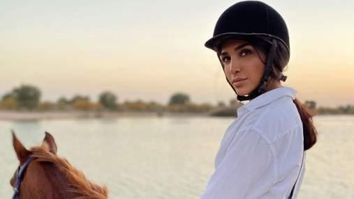 Санта Дімопулос прогулялась на коні біля океану: вражаючі фото