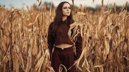 В стильной куртке и с макияжем: Юлия Санина рассказала о жизни артиста во время пандемии