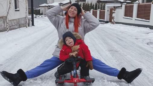На санках: Светлана Тарабарова показала зимние развлечения с сыном – фото