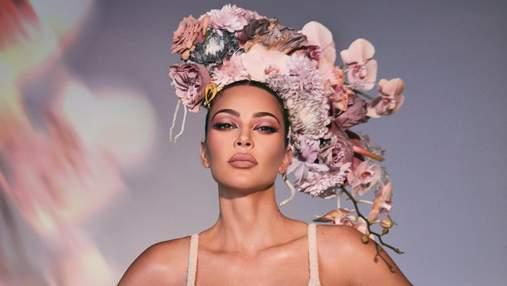 В очікуванні весни: жіночна Кім Кардашян зачарувала новою фотосесією у рекламі косметики