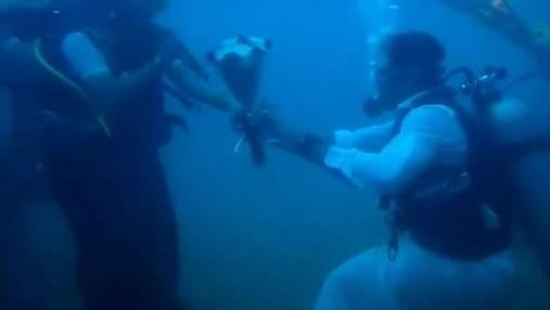 В Індії закохані одружились під водою – відео шлюбної церемонії