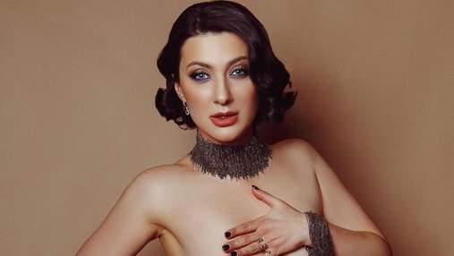 Прикрыла обнаженную грудь руками: Снежана Бабкина завела сеть провокационным фото 18+