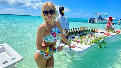 Ірина Федишин позувала в Домінікані в купальнику з квітковим принтом: спекотні фото