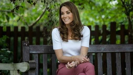 Кейт Міддлтон зачарувала образом у білій блузці та з макіяжем під час зустрічі з жінками
