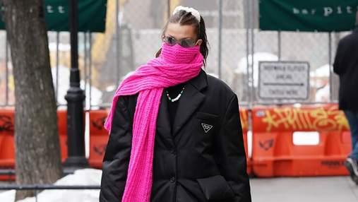 Белла Хадід прогулялася у пуховику Prada та рожевому шарфі: бездоганний образ