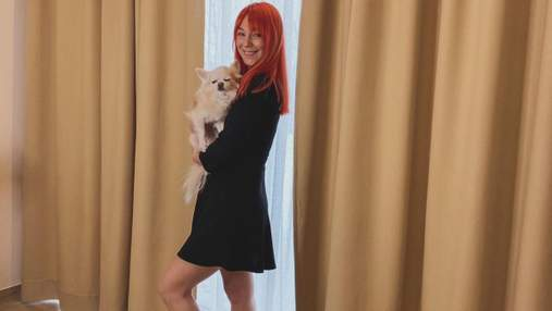 Светлана Тарабарова покорила домашним образом в черном платье: атмосферные фото