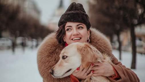 Оля Цибульська сфотографувалася з собакою у Львові: атмосферні кадри